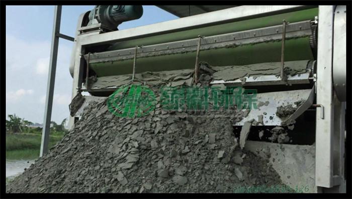 清淤哪家强,带式压滤机挤出水分后制成干化淤泥,清淤工程进展迅速