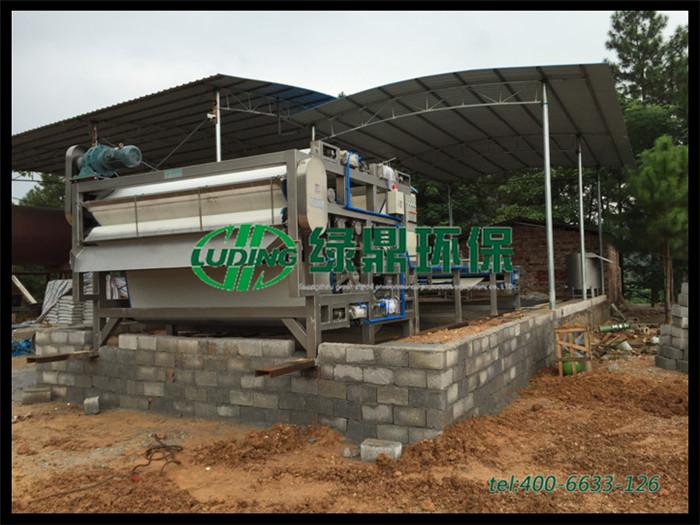 钻机排出泥浆水直接流入河涌造成污染,采购带式压滤机进行污泥处理整改